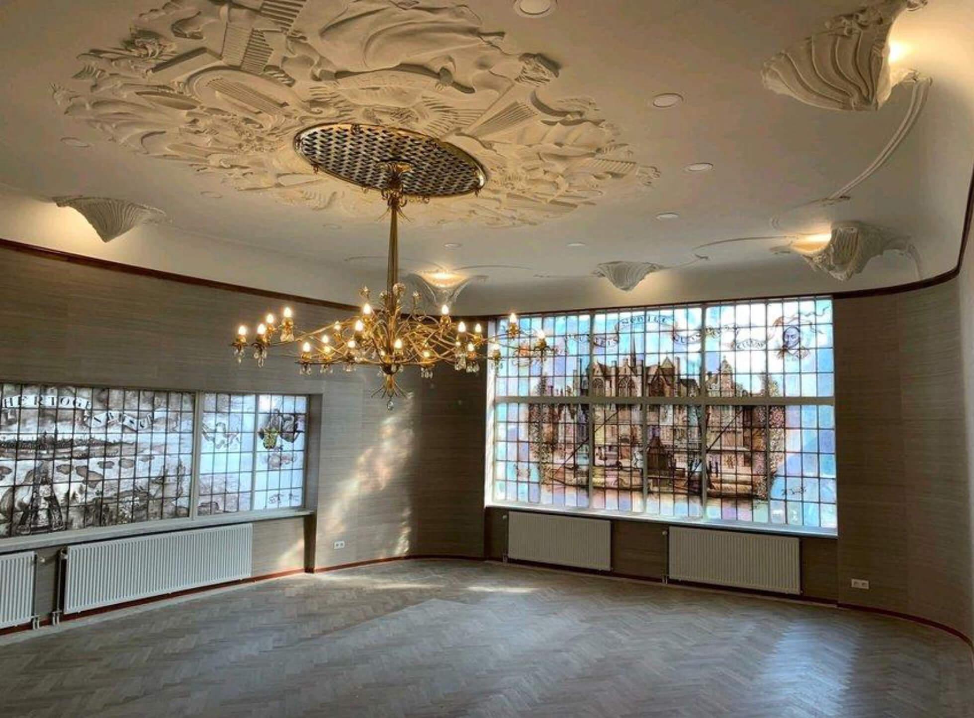 plafond stucwerk repartie in het oude KRO gebouw na foto